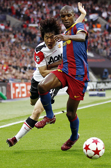 Barcelona's Eric Abidal (right) and Manchester United's Park Ji-sung vie for possession