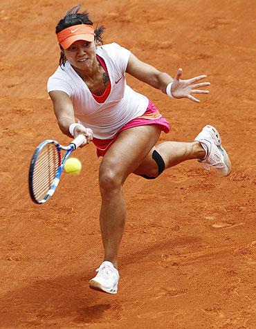Li Na returns the ball to Petra Kvitova