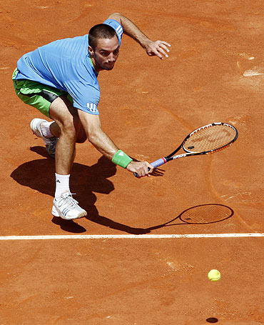 Viktor Troicki returns the ball to Andy Murray