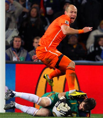 Arjen Robben fails to get the ball past Spain goalkeeper Iker Casillas