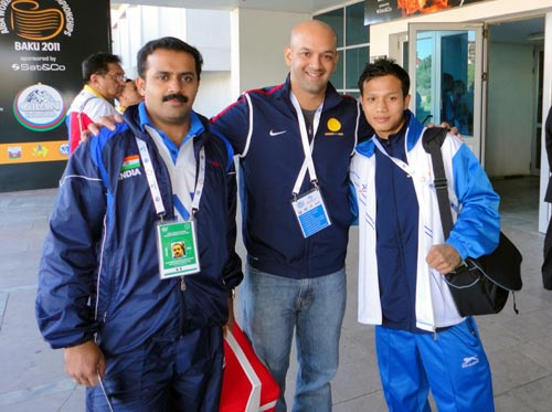 Viren Rasquinha (centre) with Indian boxer Devendro Singh (right) and physio Hari