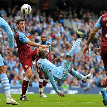 Mario Bolleteli scores against Aston Villa