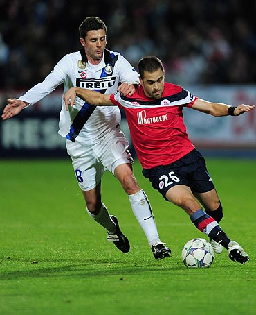 Joe Cole of Lille and Inter Milan's Thiago Motta vie for possession