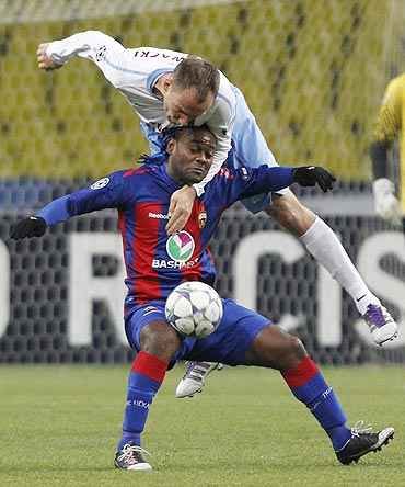 Trabzonspor's Arkadiusz Glowacki (top) fights for the ball with CSKA Moscow's Vagner Love