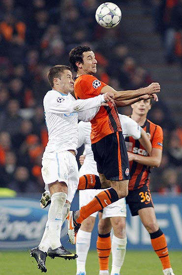 Shakhtar Donetsk's Darijo Srna (centre) fights for the ball with Zenit St. Petersburg's Viktor Fayzulin (left)