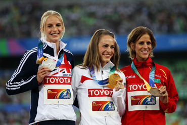 Jennifer Barringer Simpson of the USA poses with the gold medal, Hannah England of Great Britain the silver and Natalia Rodr guez of Spain the bronze
