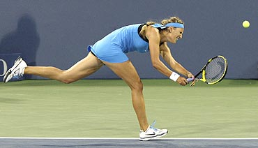 Victoria Azarenka to make a shot against Gisela Dulko