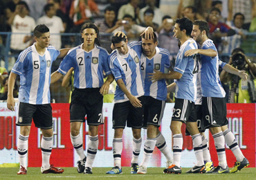 Argentina players celebrate Otamundi's (3) goal