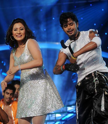Jwala Gutta shakes a leg with S Sreesanth at the Sahara India Sports Awards in Mumbai last year