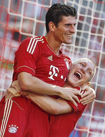 Bayern Munich's Mario Gomez (left) celebrates with Bastian Schweinsteiger after scoring against Freiburg