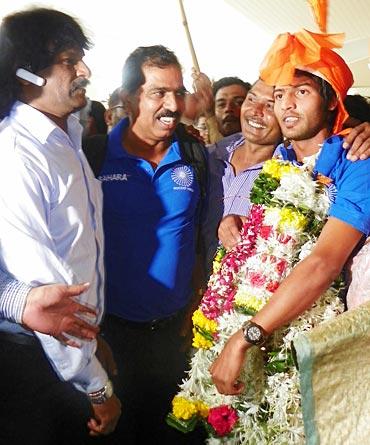 Walmiki with Dhanraj Pillay and coach Clarence Lobo