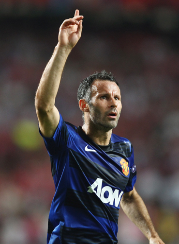 Ryan Giggs of Manchester United celebrates his goal during the UEFA Champions League Group C match between SL Benfica and Manchester United at the Estadio da Luz