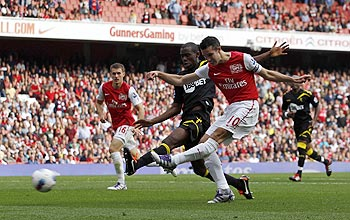 Arsenal's Robin Van Persie (R) shoots and scores his goal against Bolton Wanderers during their English Premier League soccer match at the Emirates Stadium in London