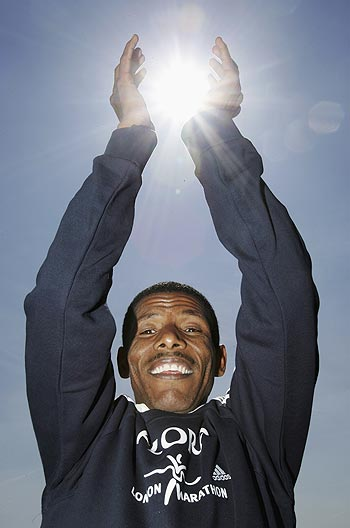 Gebrselassie out, leaps in pain