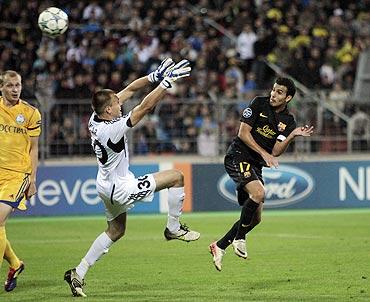 Barcelona's Pedro Rodr guez (right) scores past BATE Borisov's goalkeeper Aleksandr Gutor
