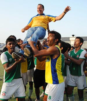 Karim Bencherifa is chaired by Salgaocar players after the I-League triumph