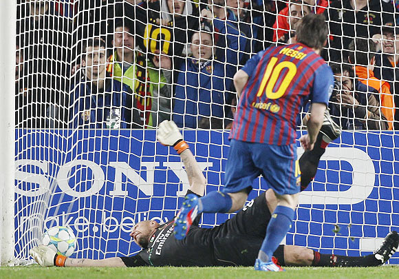 Barcelona's Messi scores a penalty goal past AC Milan's goalkeeper Abbiati