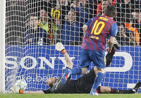 Barcelona's Messi scores a penalty goal past AC Milan's goalkeeper Abbiati