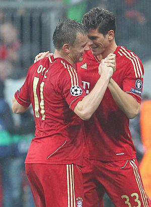 Ivica Olic (left) celebrates with Mario Gomez