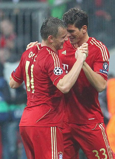 Ivica Olic (left) of Muenchen celebrate with Mario Gomez