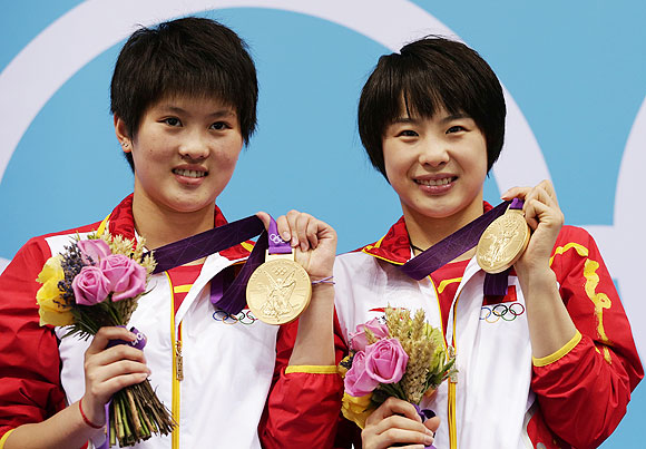 China's Chen Ruolin (left) and Wang Hao pose with their gold medals after winning the women's synchronised 10m platform final on Tuesday