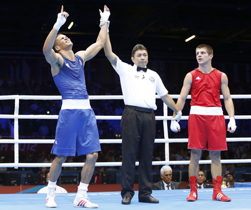 Britain's Anthony Ogogo (L) wins against the Ukraine's Ievgen Khytrov in their Men's Middle (75kg) Round of 16 boxing match