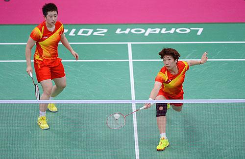 Yang Yu (L) and Xiaoli Wang (right) of China