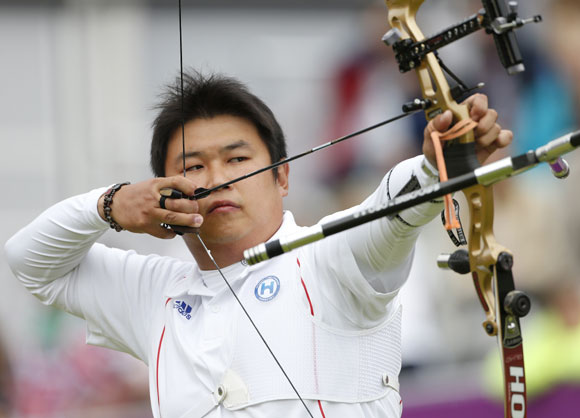 South Korea's Oh Jin Hyek aims during the men's individual round of 16 eliminations at the Lord's Cricket Ground