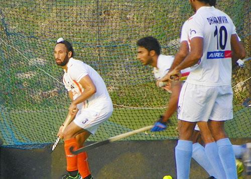 Sardar Singh (extreme left)