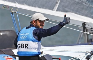 Ben Ainslie waves after clinching the gold medal