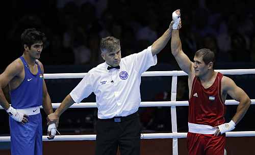 Uzbekistan's Abbos Atoev, right, defeats India's Vijender Singh in a middleweight 75-kg quarterfinal boxing match