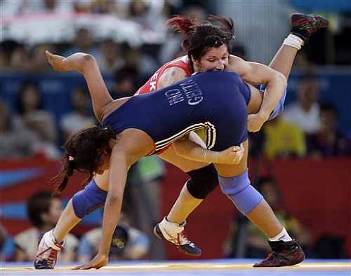 Tonya Lynn Verbeek of Canada competes against Geeta Phogat of India (in blue) during a 55-kg women's freestyle wrestling competition