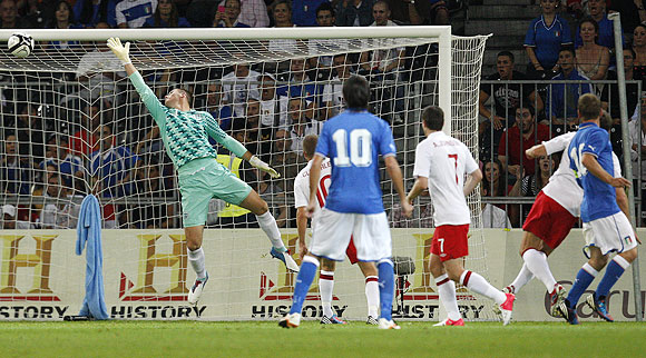 Italy's De Rossi scores (right)