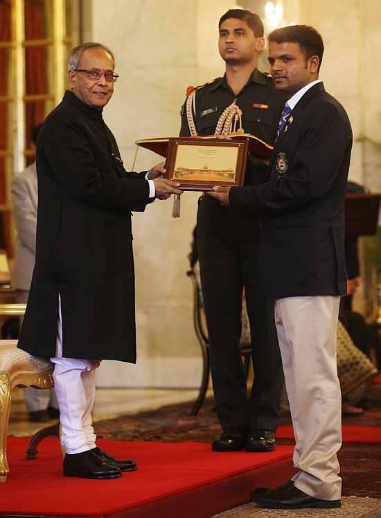 Pranab Mukherjee felicitates Vijay Kumar