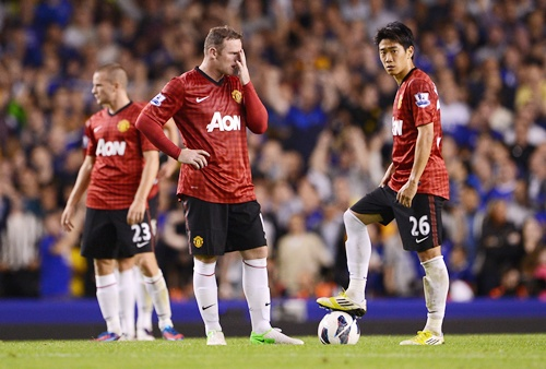 Wayne Rooney (left) and Shinji Kagawa of Manchester United look dejected