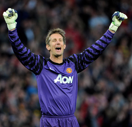 Edwin van der Sar of Manchester United celebrates