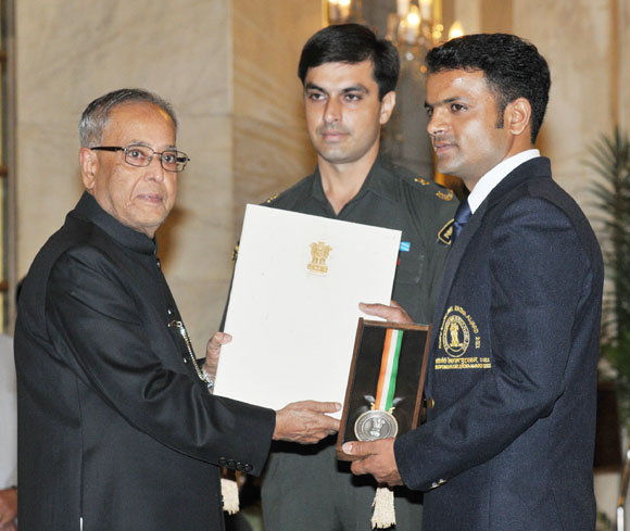 President of India Pranab Mukherjee presents the Rajiv Gandhi Khel Ratan for 2012 to Vijay Kumar