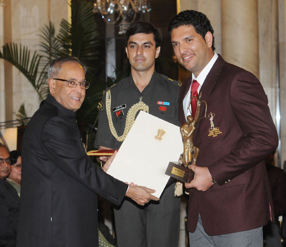 President Pranab Mukherjee presents the Arjuna award to Yuvraj Singh