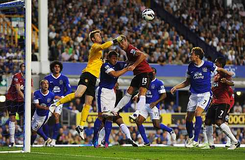 David de Gea punches the ball during a game against Everton