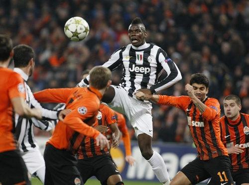 Juventus' Paul Pogba (centre) outjumps Shakhtar Donetsk's Eduardo (second right)
