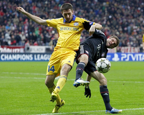 Bayern Munich's Thomas Mueller (right) fights for the ball with BATE Borisov's Artem Radkov