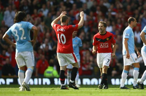 Michael Owen of Manchester United celebrates scoring the winning goal in injury time with team mate Wayne Rooney