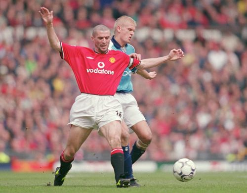 Roy Keane (left) of Manchester United tussles with Alf Inge Haaland (right) of Manchester City