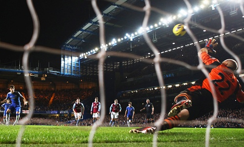 Oscar of Chelsea shoots from the penalty spot