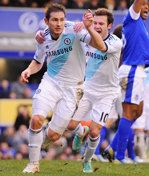 Frank Lampard (left) of Chelsea celebrates