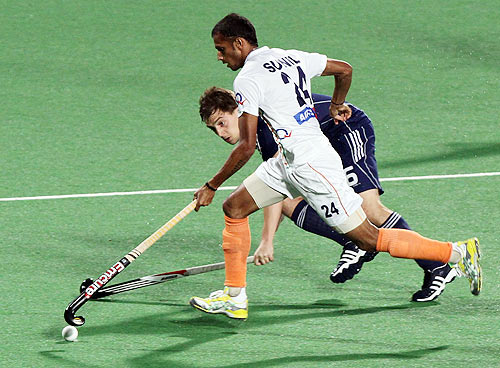 India's SV Sunil fights for the ball with France's Forgues