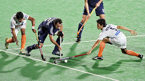 India's Yuvraj Walmiki (extreme left) and Khadangbam fight for the ball with France's Verrier