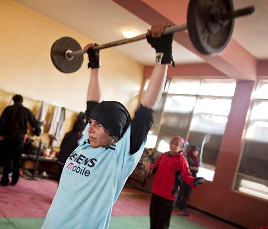 Shabnam Rahimi lift weights during a practice session