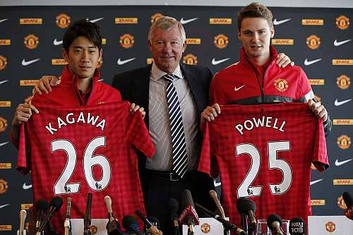 Manchester United's new signings Shinji Kagawa of Japan and Nick Powell (R) of Britain hold up team shirts with manager Alex Ferguson (C) during a news conference at Old Trafford stadium