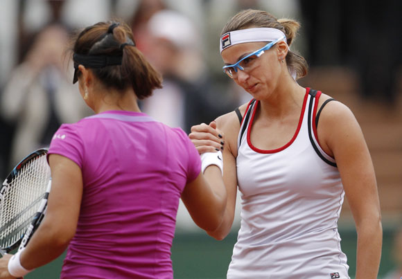 Yaroslava Shvedova of Kazakhstan (R) shakes hands with Li Na of China after winning her match during the French Open tennis tournament at the Roland Garros stadium in Paris